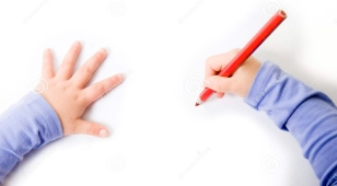 bambini-che-disegnano-o-che-scrivono-31545377.jpg